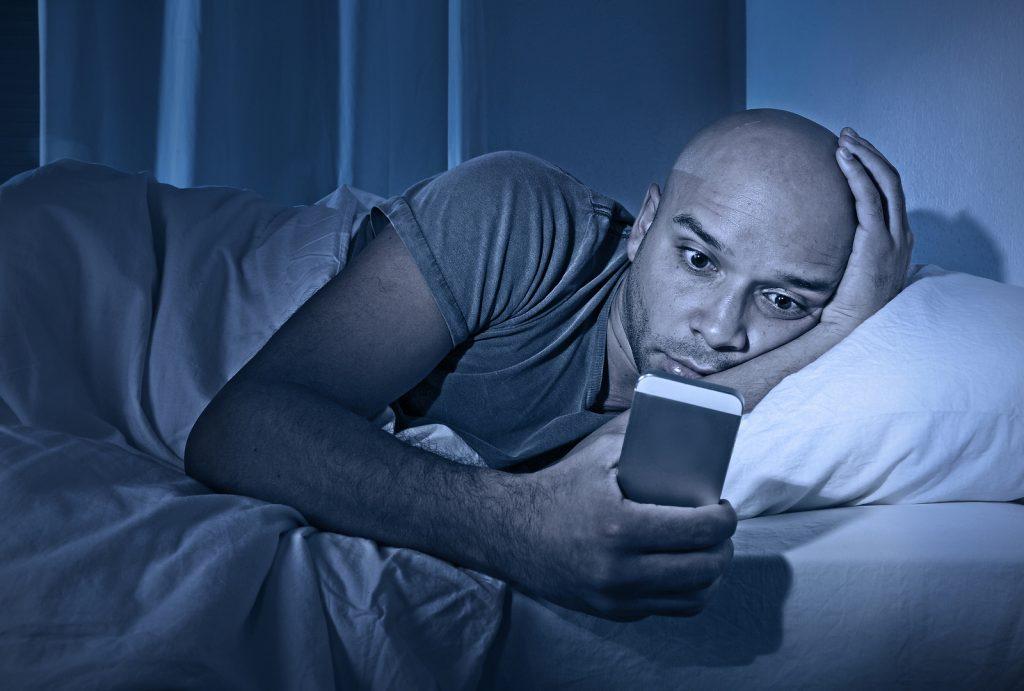 Utiliser son smartphone le soir est une source d'insomnie...