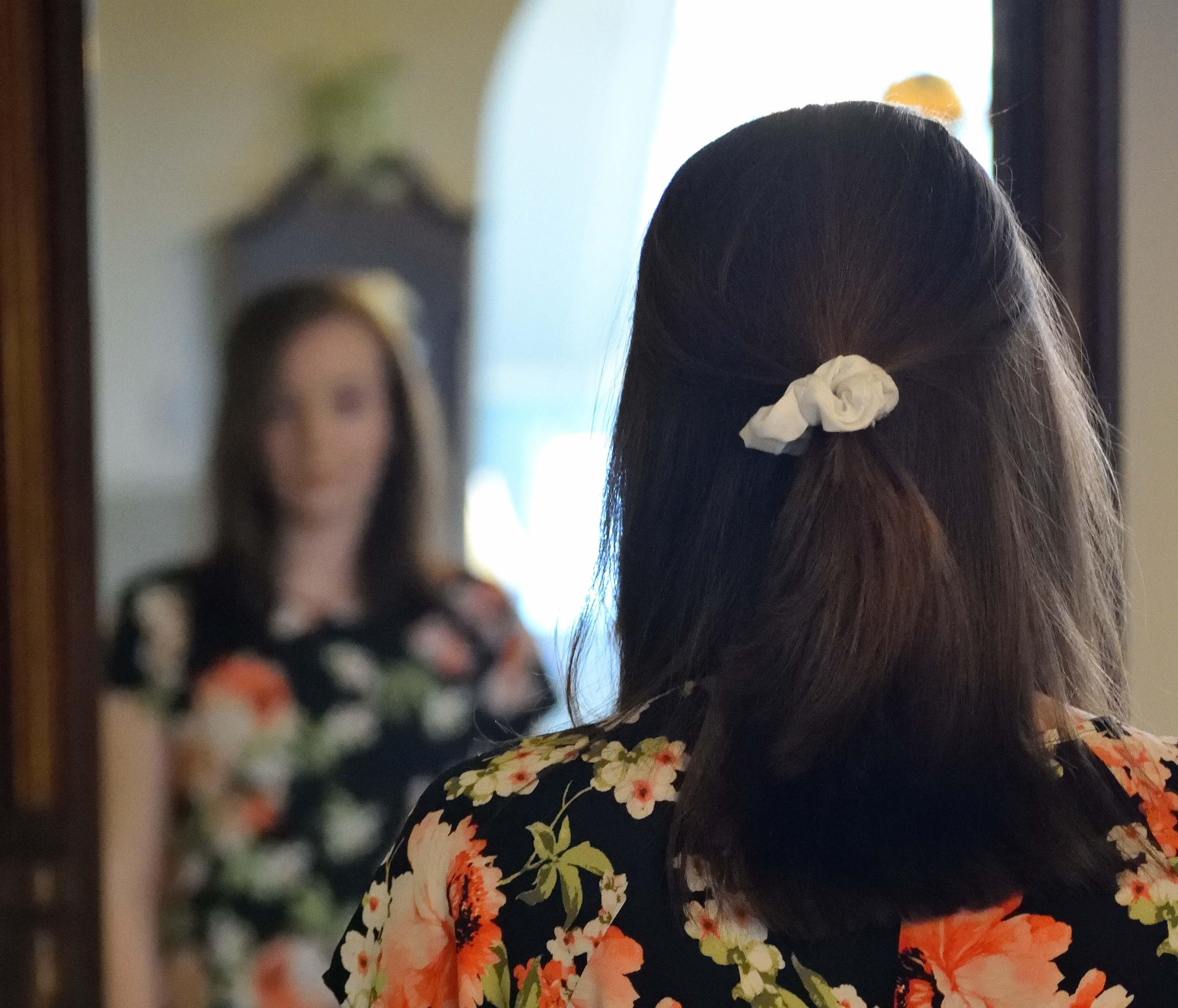 femme qui se regarde dans le miroire